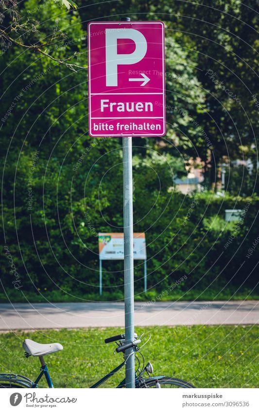 Frauenparkplatz Ferien & Urlaub & Reisen Jugendliche Junge Frau Lifestyle Erwachsene feminin Tourismus Menschengruppe PKW Verkehr kaufen Weiblicher Senior