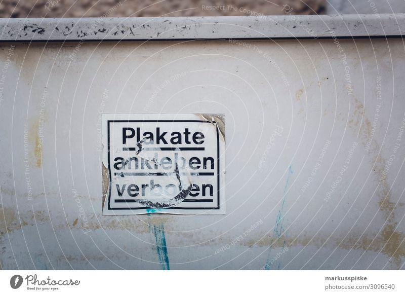 Plakate ankleben verboten Stadtzentrum Stadtrand Bankgebäude Industrieanlage Bauwerk Gebäude Architektur Mauer Verbote Vandalismus Zerstörung grau schwarz weiß