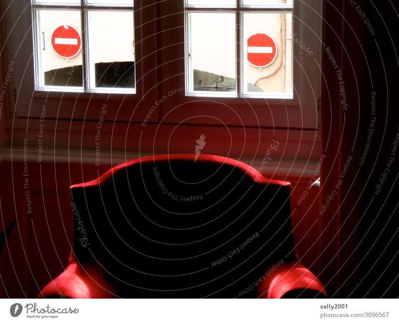 besetzt   roter Sessel vor Einbahnstraße Fenster Sprossenfenster Verkehrsschild verboten Schilder & Markierungen Verbote Verbotsschild Warnschild