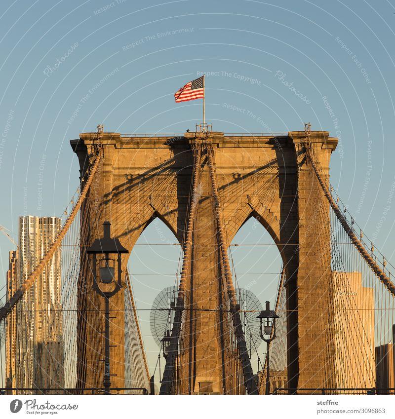 Brooklyn Bridge bei Sonnenaufgang Sonnenuntergang Sonnenlicht Schönes Wetter Stadt Skyline Hochhaus Sehenswürdigkeit Wahrzeichen Brücke blau orange USA