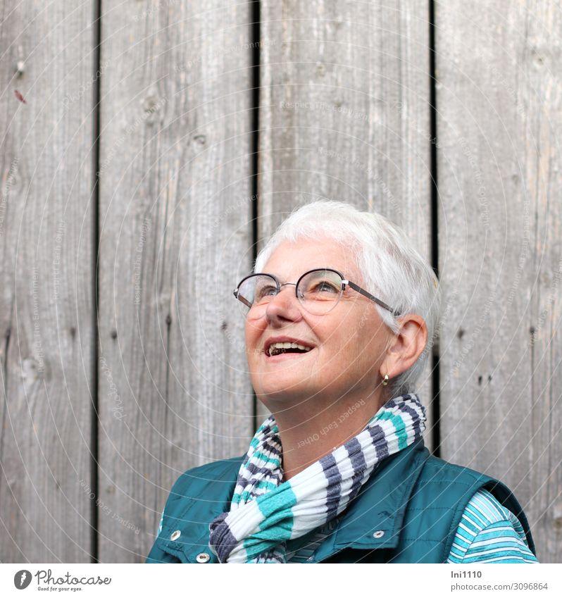 Seniorin blickt staunend nach oben Wohlgefühl Zufriedenheit feminin Frau Erwachsene Freundschaft Leben Kopf 1 Mensch 60 und älter blau grau grün schwarz türkis