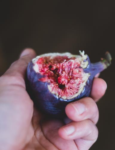 Zum anbeißen süß Lebensmittel Frucht Ernährung Essen Bioprodukte Slowfood Gesunde Ernährung Hand Erotik frisch lecker saftig braun violett rosa Lust Feige