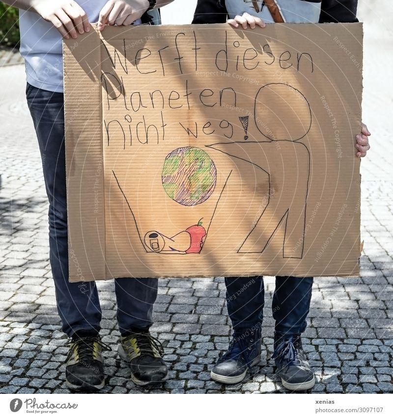 wertvoll / Werft diesen Planeten nicht weg! Zwei Jugendliche stehen auf der Straße und halten bemalten Karton in den Händen für fridays for future - Demonstration
