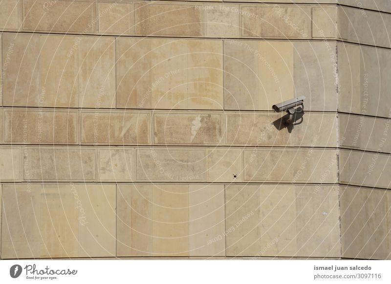 Überwachungskamera an der Wand des Gebäudes Fotokamera Videokamera Geborgenheit Hintergrund neutral Straße Großstadt Bilbao Spanien Gerät Sicherheit Schutz