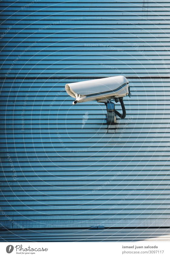 Sicherheitskamera an der Wand des Gebäudes auf der Straße Fotokamera Videokamera Sicherheitskontrolle Hintergrund neutral Großstadt Bilbao Spanien Geborgenheit