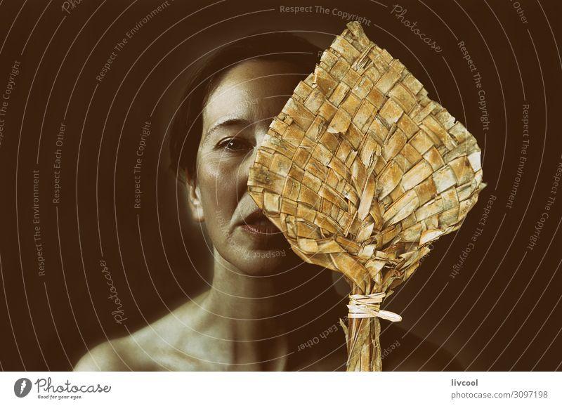 Porträt einer Frau mit Lohnzahlung, die ihr halbes Gesicht bedeckt. Lifestyle schön Erholung Mensch Erwachsene Denken Gelassenheit reif Sinnlichkeit lieblich