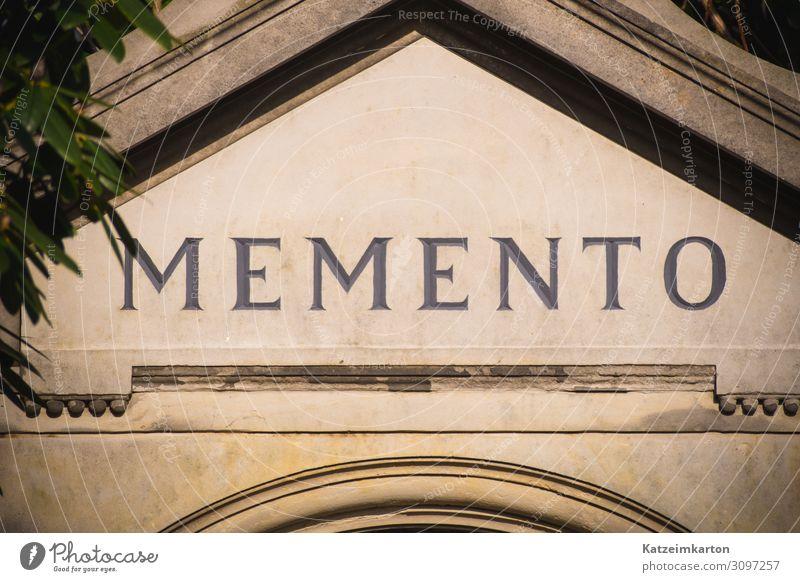 Momento - Erinnerung Einsamkeit ruhig Architektur Lifestyle Wand Traurigkeit Gefühle Stil Gebäude Mauer Tod Stein Fassade Stimmung Schriftzeichen