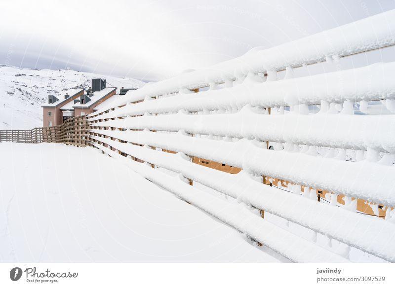 Wintergebirgslandschaft mit Schneezaun in der Sierra Nevada schön Ferien & Urlaub & Reisen Tourismus Berge u. Gebirge Natur Landschaft Himmel Wolken Wetter Wald