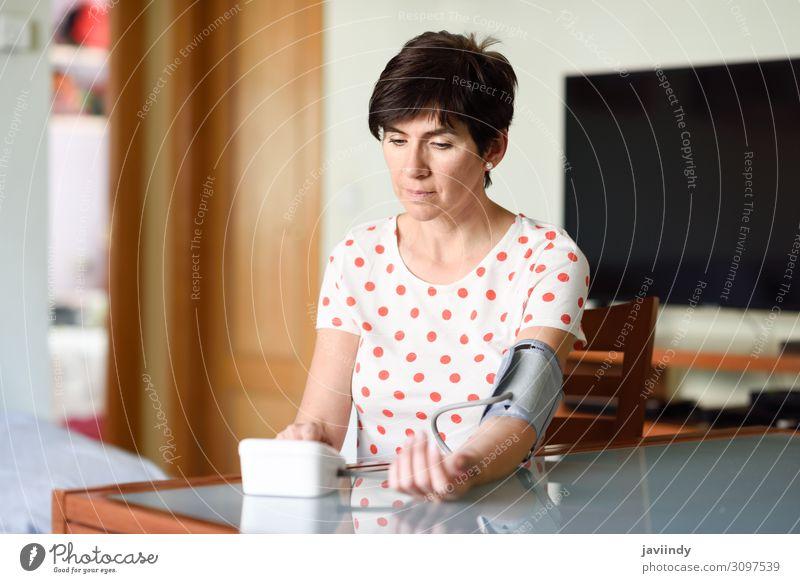 Frau Mensch alt weiß Erwachsene feminin Gesundheitswesen 45-60 Jahre sitzen Herz Arme Krankheit Medikament Stress heimwärts digital