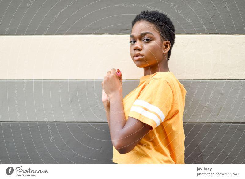 Junge schwarze Frau mit ernsthaftem Ausdruck, die die Kamera ansieht. Lifestyle Stil schön Haare & Frisuren Gesicht Mensch feminin Junge Frau Jugendliche