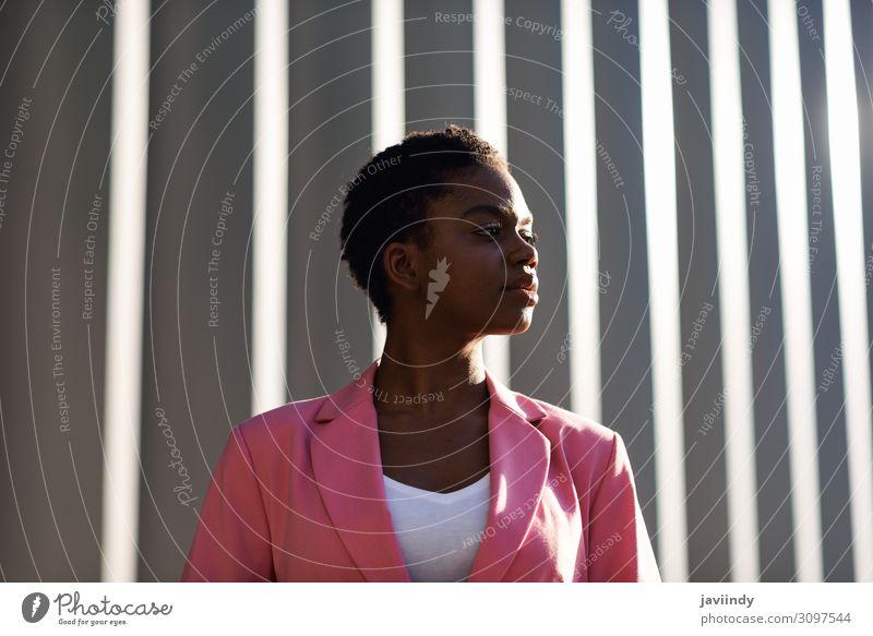 Schwarze Geschäftsfrau steht in der Nähe des Geschäftshauses. Glück schön Haare & Frisuren Arbeit & Erwerbstätigkeit Beruf Büro Business Karriere Mensch feminin