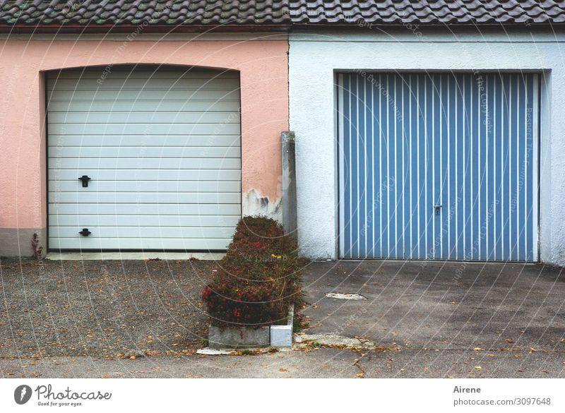 längs und quer Garage Garagentor Parkplatz Mehrfamilienhaus Streifen längsstreifen eckig einzigartig Klischee Stadt blau rosa Ordnungsliebe uneinig gleich
