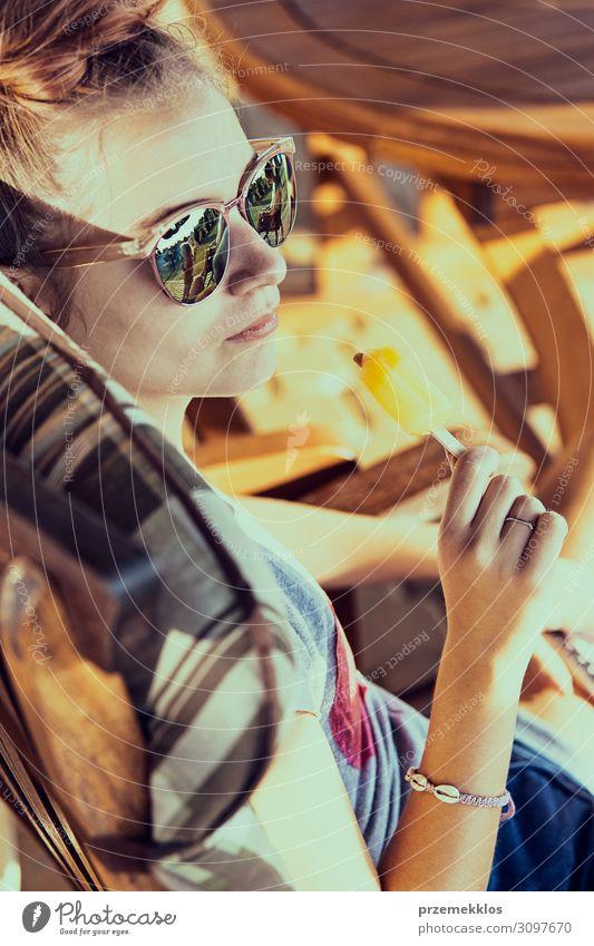 Junge Frau beim Essen eines Eises Speiseeis Lifestyle Freude Erholung Ferien & Urlaub & Reisen Sommer Sommerurlaub Mensch Jugendliche Erwachsene 1 13-18 Jahre
