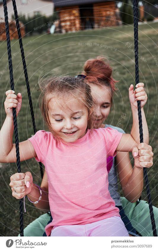 Schwestern beim gemeinsamen Spaß auf einer Schaukel Freude Glück Sommer Sommerurlaub Garten Kind Familie & Verwandtschaft 2 Mensch 3-8 Jahre Kindheit