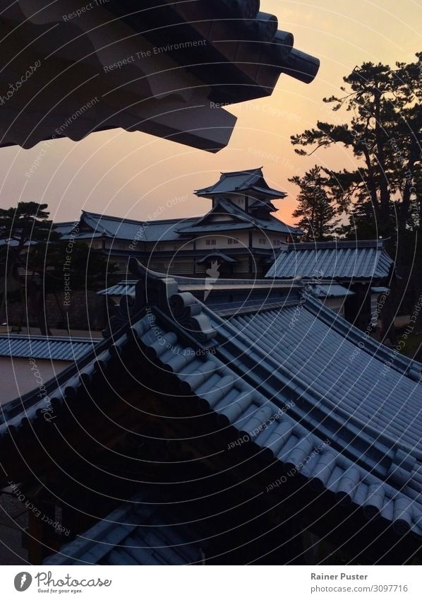 Die Burg in Kanazawa, Japan, bei Sonnenuntergang Sonnenaufgang Palast Burg oder Schloss Sehenswürdigkeit Wahrzeichen ruhig Dach Farbfoto Außenaufnahme