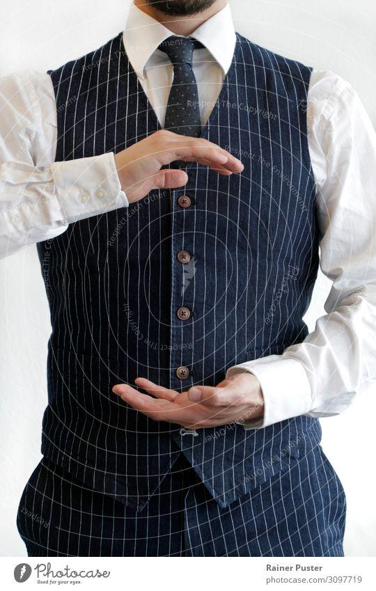 Geschäftsmann hält beide Hände vor seinen Körper maskulin Mann Erwachsene 30-45 Jahre Hemd Anzug Weste Krawatte Bart blau Sicherheit Schutz Wachsamkeit