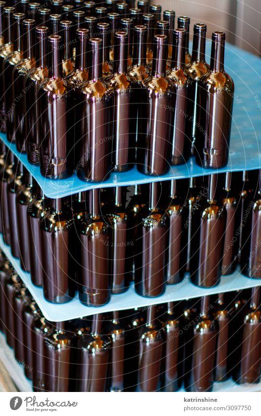 Leere Glasflaschen in einem modernen Weingut Flasche Industrie Technik & Technologie Weinherstellung leer Abfüllanlage automatisiert trinken Brotbelag Weinrebe