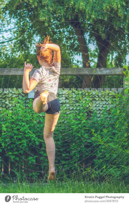 Sprung Mensch feminin Mädchen Junge Frau Jugendliche Kindheit Leben Körper 1 13-18 Jahre Garten springen Fröhlichkeit Abenteuer Bewegung Farbfoto Außenaufnahme