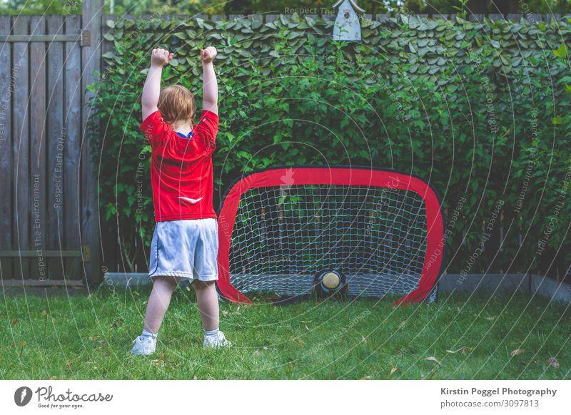 kindlicher Torjubel Freizeit & Hobby Spielen Kinderspiel Fußball Garten Sport Ballsport Fan rothaarig Feste & Feiern stehen Erfolg Fröhlichkeit sportlich Freude