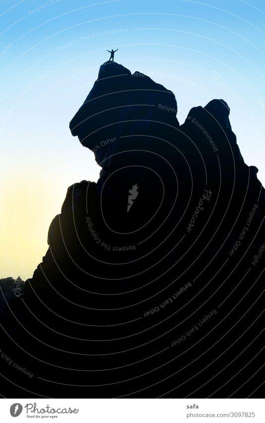 Alvand Gipfel Mensch maskulin Junger Mann Jugendliche Körper 1 18-30 Jahre Erwachsene Umwelt Natur Himmel Felsen Berge u. Gebirge Stein Abenteuer Freude Sport