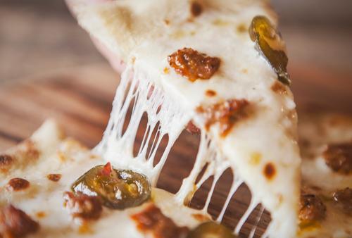 Pizzascheibe mit Käsezug strecken Molkerei Lebensmittel Speise Foodfotografie Fleisch Paprika Mittagessen Abendessen Italienisch lecker Feinschmecker