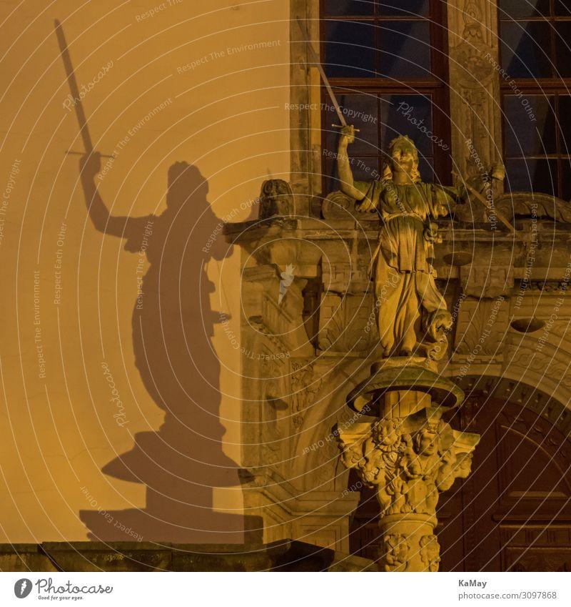 Justitias Schatten Kunst Skulptur Görlitz Sachsen Deutschland Europa Rathaus Architektur Sehenswürdigkeit Denkmal Kraft Macht gewissenhaft Weisheit klug