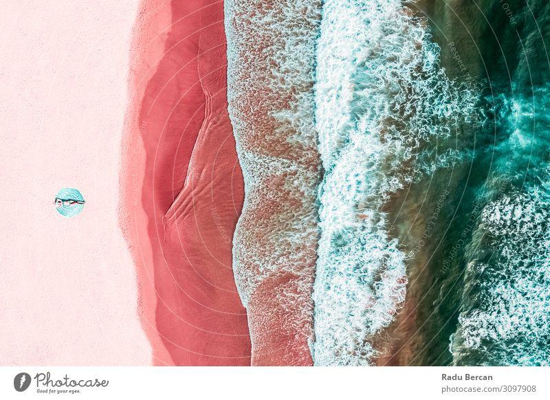 Luftaufnahme der Frau am rosa Ocean Beach Lifestyle exotisch Ferien & Urlaub & Reisen Freiheit Sommer Sommerurlaub Sonnenbad Strand Meer Insel Wellen Mensch