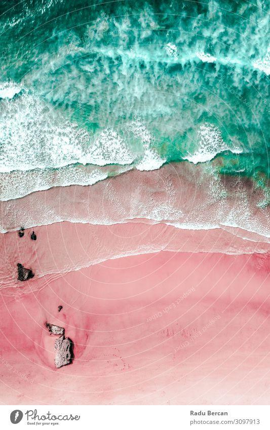 Luftaufnahme der Meereswellen und wunderschöner rosa Sandstrand. Umwelt Natur Landschaft Wasser Sommer Schönes Wetter Wellen Küste Strand Insel entdecken