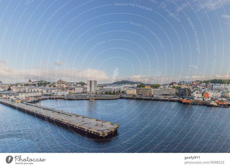 Anlegen in Alesund (Norwegen) Ferien & Urlaub & Reisen Tourismus Ausflug Abenteuer Ferne Freiheit Sightseeing Städtereise Kreuzfahrt Wasser Himmel Wolken Stadt