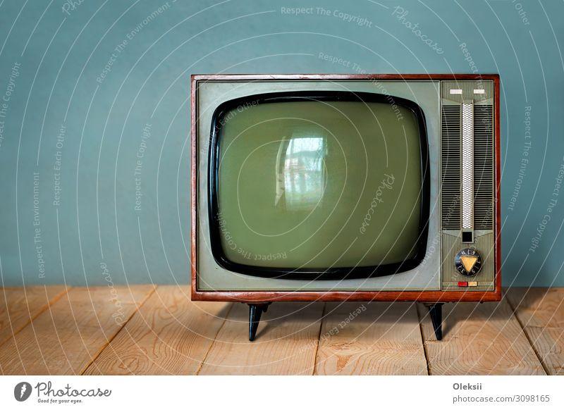 Vintage Sowjet TV-Gerät auf Holztisch Fernseher Medien Fernsehen Fernsehen schauen Farbfoto Innenaufnahme