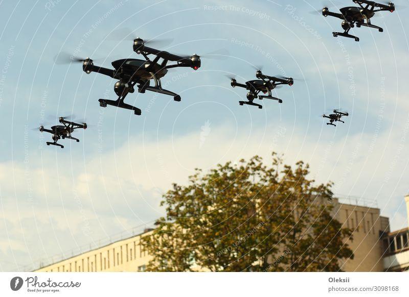 """Schwarm von Unmanned Aircraft System (UAV) Quadcoptern Drohnen Verkehrsmittel Luftverkehr Fluggerät fliegen Aggression schwarz Endzeitstimmung """"Antenne Armee"""