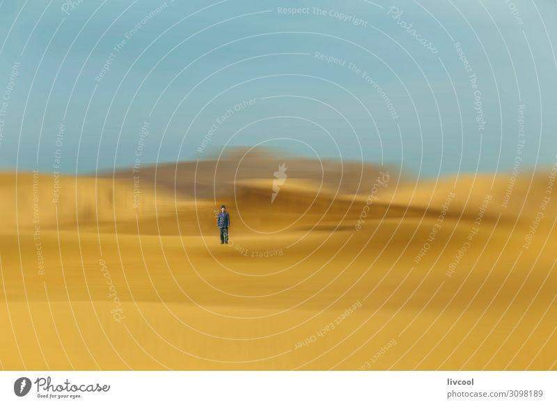 Mann in Wüstendünen, China Lifestyle Erholung Mensch Erwachsene Männlicher Senior Körper 1 45-60 Jahre Natur Landschaft Urelemente Sand Himmel Wolken Herbst