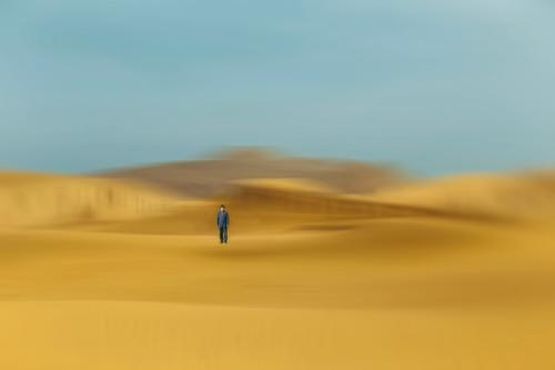 Mensch Himmel Natur Mann Landschaft Erholung Wolken Einsamkeit Lifestyle Erwachsene Herbst Gefühle Sand Zufriedenheit Park Körper