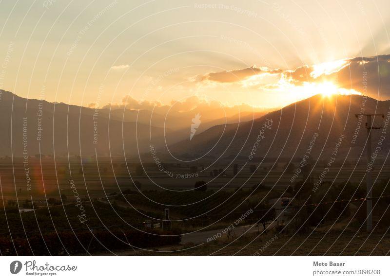 Eine Landstraße im Hochland des Taurusgebirges bei Sonnenuntergang. Ferien & Urlaub & Reisen Tourismus Freiheit Expedition Berge u. Gebirge Umwelt Natur