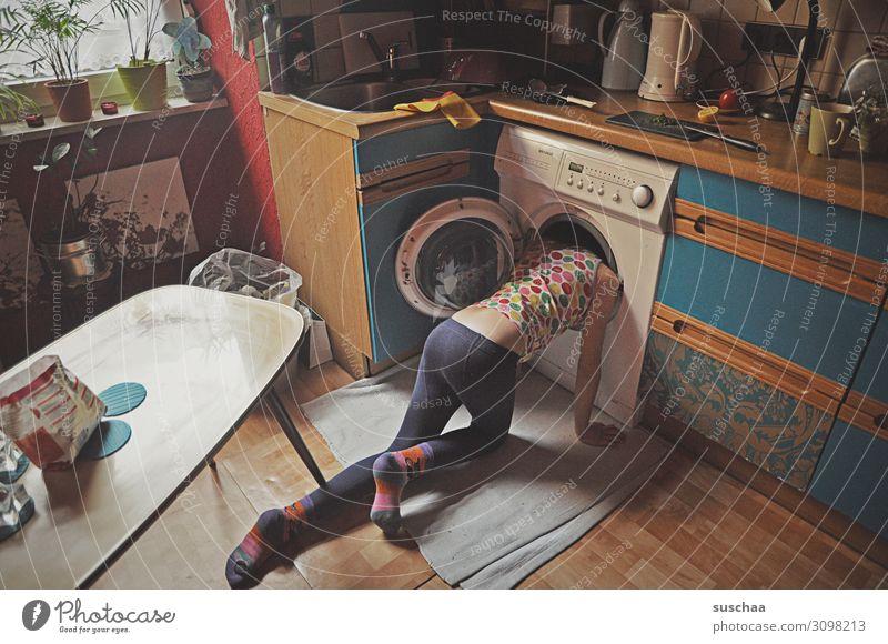 !Trash! 2019 | wo ist die socke? Kind Mädchen Häusliches Leben Wohnung daheim Küche unordentlich Küchenkram Suche Waschmaschine verrückt irre dumm normal