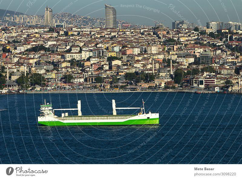 Grüner nachhaltiger Seeverkehr. Industrie Handel Güterverkehr & Logistik Energiewirtschaft Erneuerbare Energie Umwelt Landschaft Wasser Wolkenloser Himmel