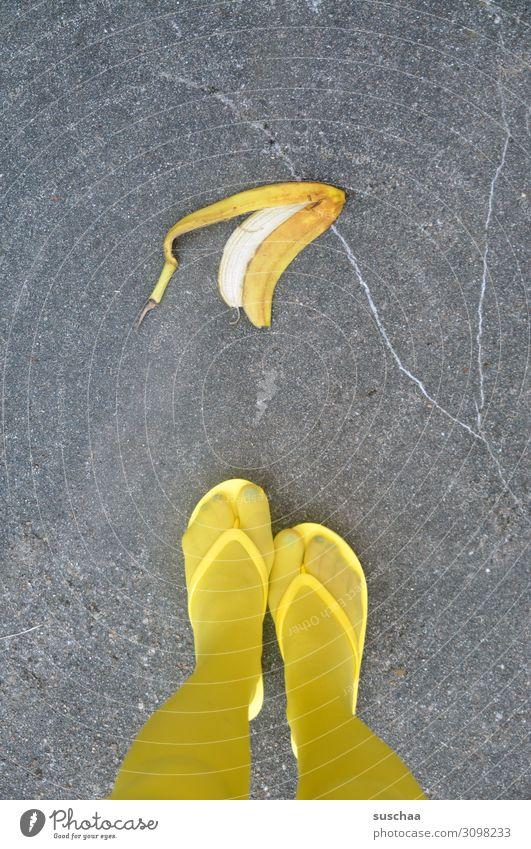 bananenschale Banane Bananenschale wegwerfen gefährlich Unfall Kontrolle ausrutschen Straße Asphalt Fußgänger Füße Beine gelb Frau weiblich Strümpfe Flipflops