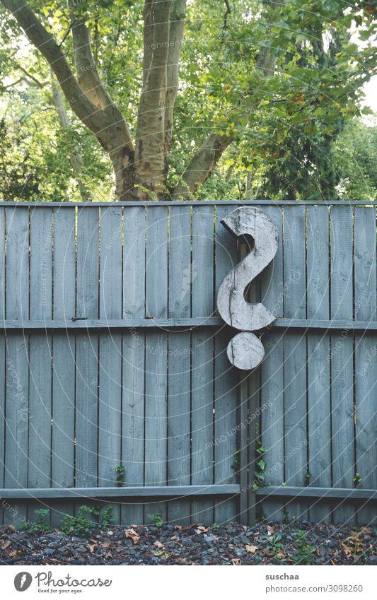 ? Fragen Fragezeichen Antwort Suche wieso warum Schriftzeichen Zeichen Symbole & Metaphern Holz Bretter Holzwand Unglück Lebensfragen Schicksal Natur