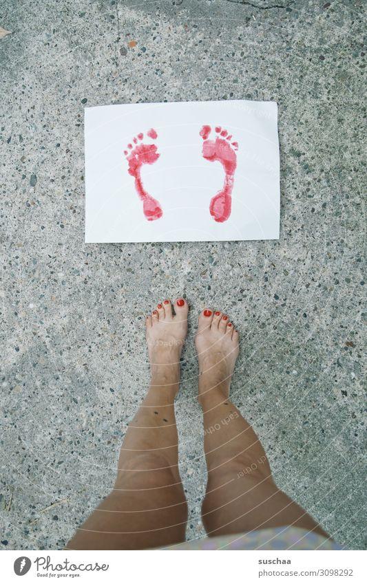 sommerfüße Fuß Zehen Beine Frau weiblich Fußspur Bild gemalt Abdruck Farbe rot Blatt Papier stehen Straße Asphalt seltsam außergewöhnlich Nagellack Blick Sommer