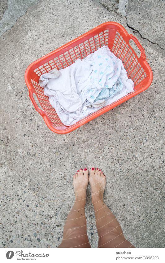 waschtag Frau Beine Füße Barfuß Außenaufnahme Wärme Sommer Straße Wäsche Wäschekorb Weißwäsche waschen Waschtag Wäsche waschen Hausfrau Emanzipation Haushalt