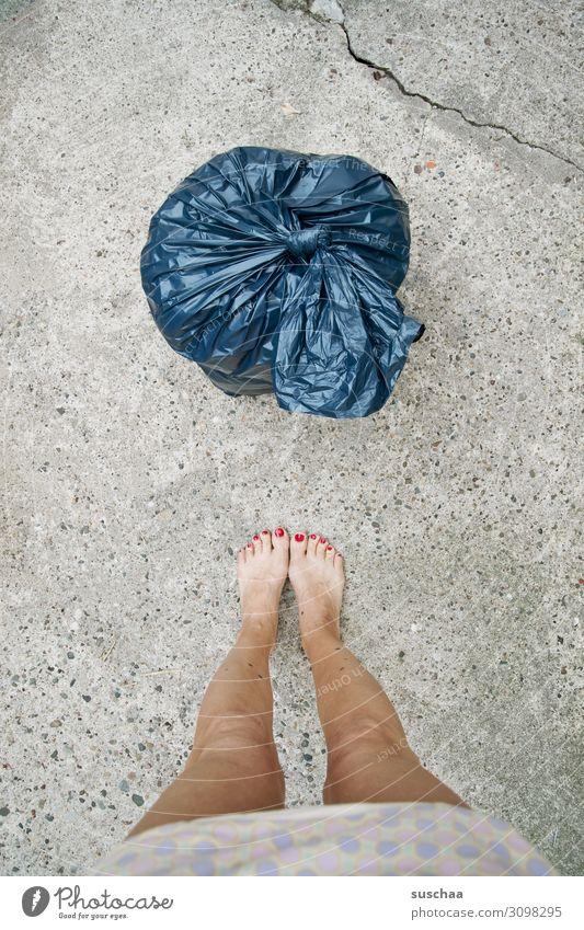 weibliche beine vor blauem müllsack Müll Plastik Umweltverschmutzung Kunststoffmüll Müllbehälter Plastiktüte Abfallentsorgung Klimawandel Frau Hausfrau Barfuß