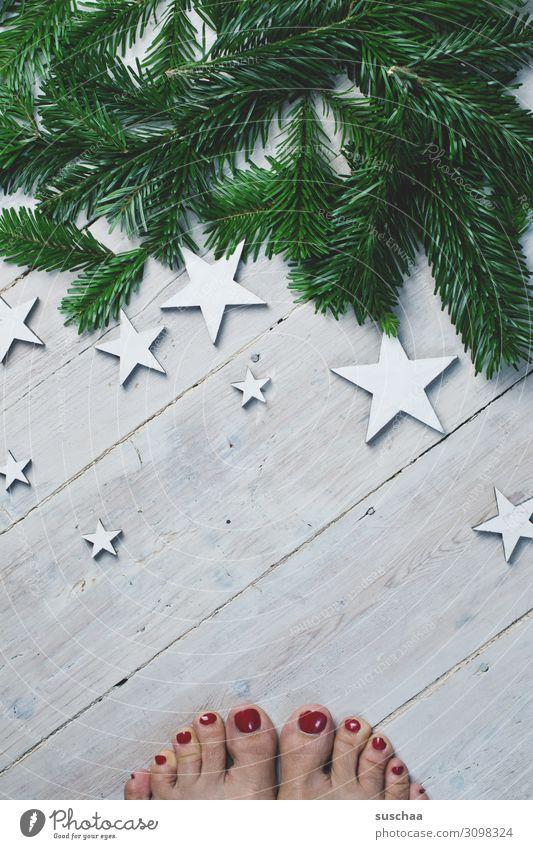 ach ja, bald ... Füße Zehen lackierte Zehennägel weiblich Frau Holzfußboden Stern (Symbol) Tannenzweig Weihnachten & Advent Postkarte außergewöhnlich