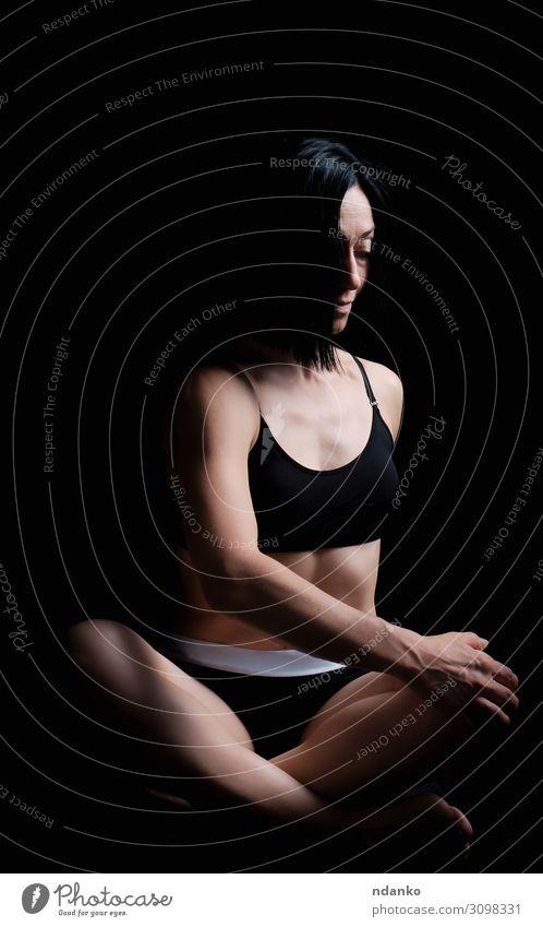 junges Mädchen mit athletischem Aussehen Lifestyle schön Körper Wellness Erholung Meditation Sport Yoga Frau Erwachsene brünett Fitness sitzen dünn Erotik