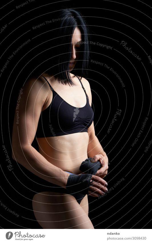 schönes athletisches Mädchen mit schwarzen Haaren Lifestyle Körper sportlich Fitness Sport Frau Erwachsene Hand stehen dunkel dünn muskulös stark Kraft