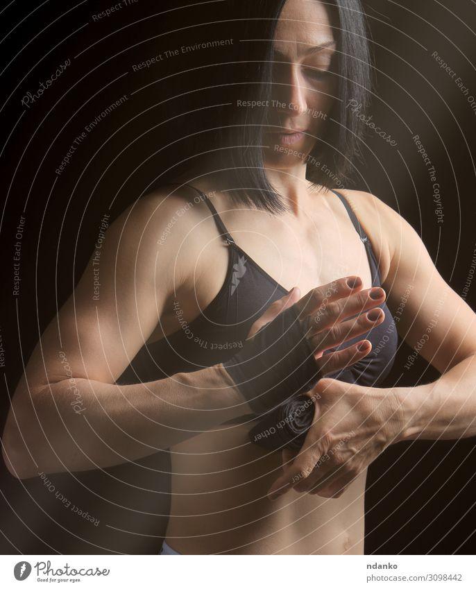 athletisches Mädchen mit schwarzen Haaren Lifestyle schön Körper Sport Frau Erwachsene Hand Fitness stehen sportlich dunkel dünn muskulös stark Kraft