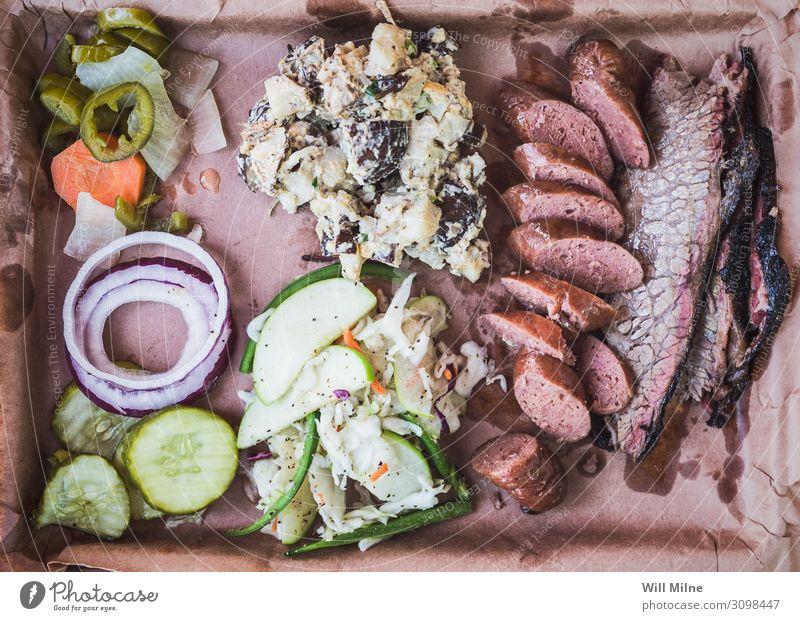 Tablett voll mit Texas Barbecue Grill Grillen Lebensmittel Speise Foodfotografie geräuchert Mittagessen Rindfleisch Rippen Wurstwaren Beilage Mahlzeit