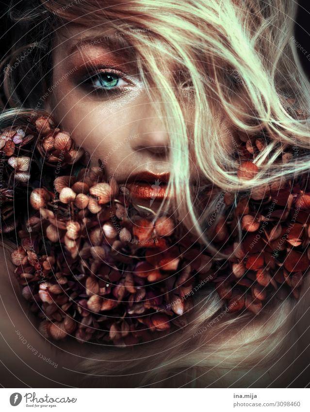 blonde Frau mit Hortensien um den Hals Lifestyle kaufen elegant Stil schön Körperpflege Haare & Frisuren Haut Gesicht Kosmetik Parfum Creme Schminke Erholung