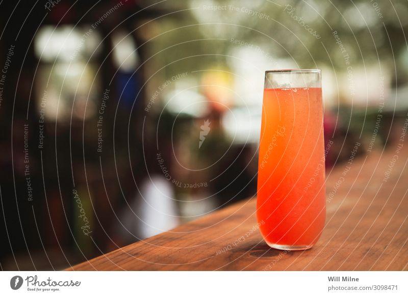 Bunter Cocktail an einem Tisch in einem Restaurant Getränk trinken Alkohol rot orange Farbe mehrfarbig Bar Theke Pub Mixgetränk Glas