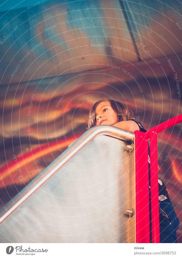 Junge an Rutschbahn Spielen rutschen Rutsche Indoorspielplatz Freiheit Kindheit Kopf 1 Mensch 8-13 Jahre Wolken Vulkan Mauer Wand Graffiti Metall gebrauchen