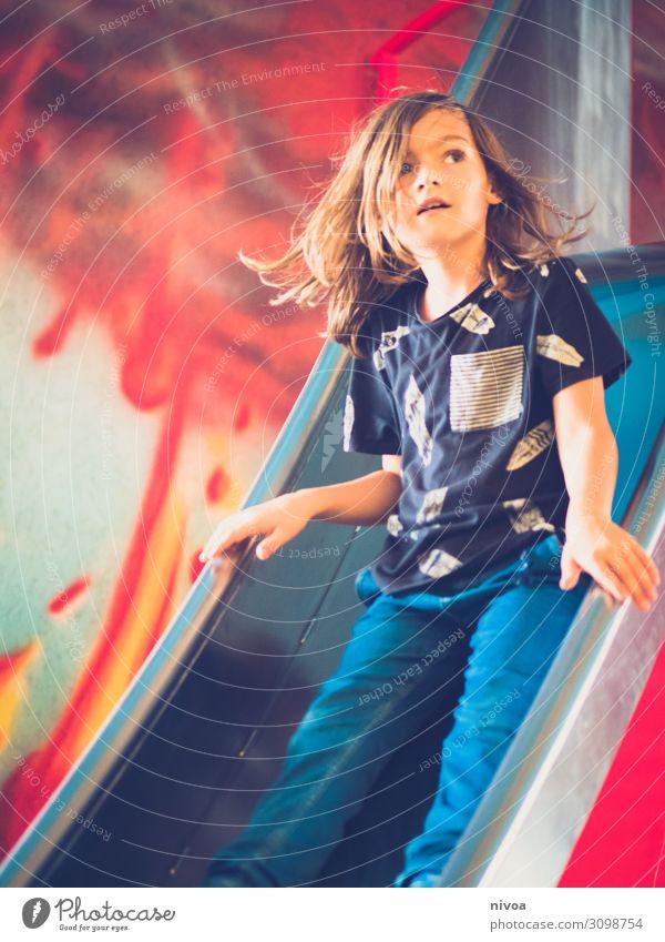Junge auf der Rutsche Kind Mensch rot Gesicht Graffiti Wand Bewegung Kunst Spielen Mauer Mode Haare & Frisuren Fassade fliegen Metall